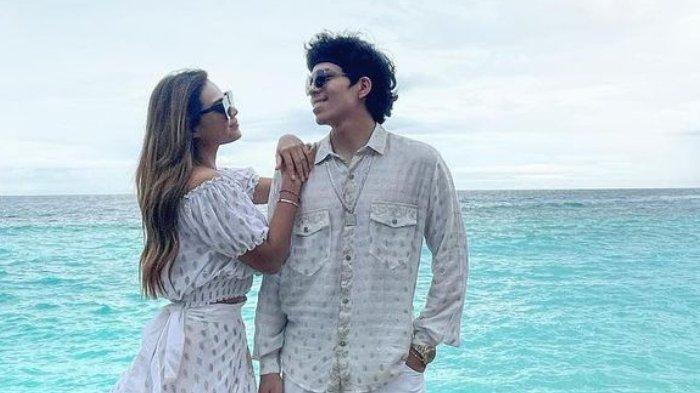 Baru-baru ini beredar foto yang menunjukkan tanggal pernikahan Atta Halilintar dengan Aurel Hermansyah.