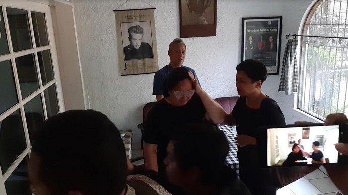 Dewi Irawan bertemu sahabatnya, Tyo Pakusadewo di rumah duka, kawasan Lebak Bulus Jakarta, Jumat (17/1/2020). Ia tak kuasa menahan kesedihan karena ibunya, Ade Irawan, meninggal dunia.
