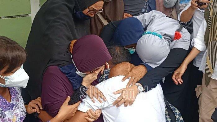 Tangis Nani Zarkasih, ibunda Rahmania Ekananda tak terbendung saat melihat kedatangan peti jenazah putrinya yang jadi korban pesawat Sriwijaya Air SJ 182.