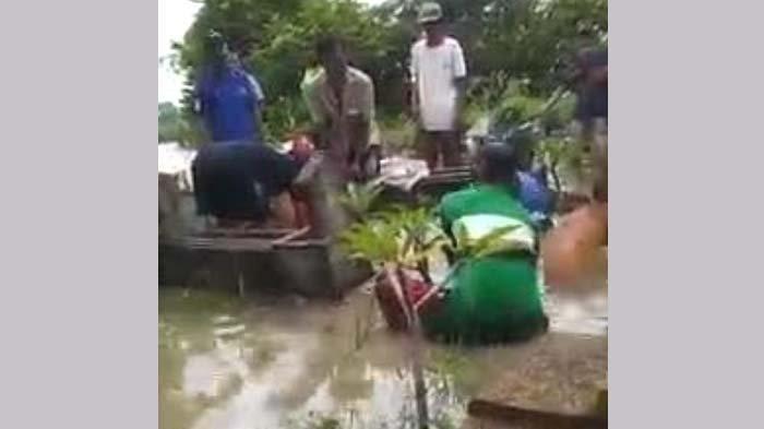 Viral, Pemakaman Mbah Tasmin di Tengah Kepungan Banjir