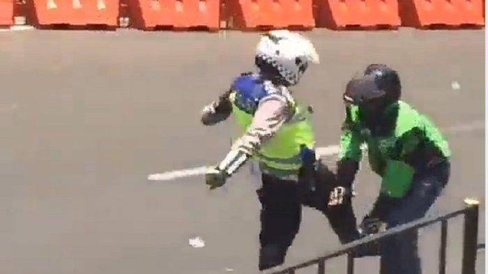 tangkap layar polisi tendang ojek online