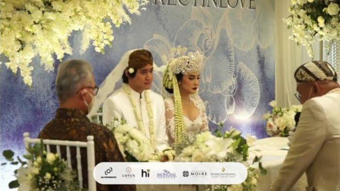 Tangkap layar proses pernikahan Kevin Aprilio dan Vicy Melanie yang disiarkan secara streaming, Minggu (25/10/2020). (Tangkap layar)
