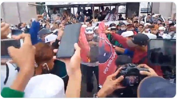 Tangkap layar video pembakaran bendera PDIP dan PKI