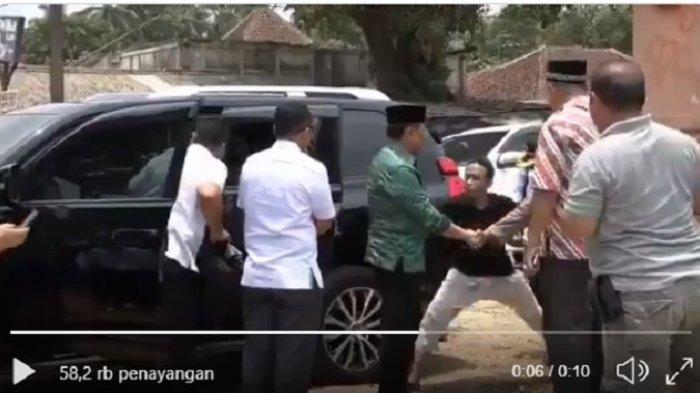 Tangkap layar video Wiranto ditusuk, Kamis (10/10/2019). Video direkam dari arah depan.