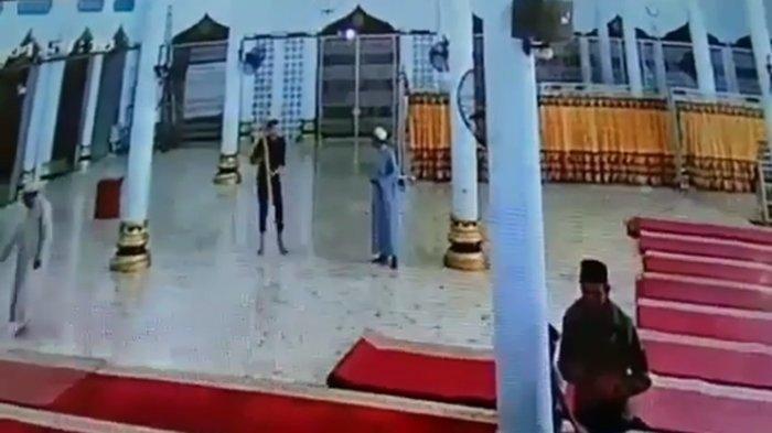Video Viral Seorang Pria Berbaju Hitam Mengamuk di Masjid Aceh, Bawa Tongkat, Jemaah Panik Berlarian