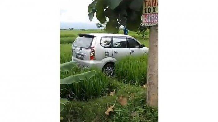 Warga Madiun Heboh oleh Avanza Mendadak Berada di Tengah Persawahan, Polisi Menyebutnya Kecelakaan