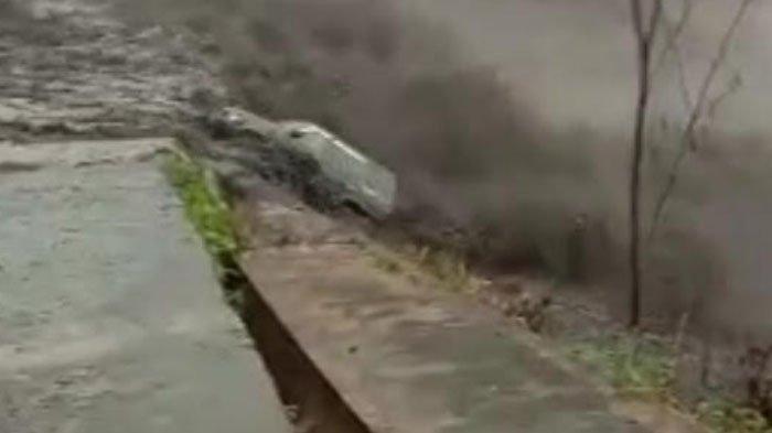Banjir Lahar Dingin Gunung Semeru Hanyutkan Mobil Panther, Terseret saat Parkir Dekat Sungai