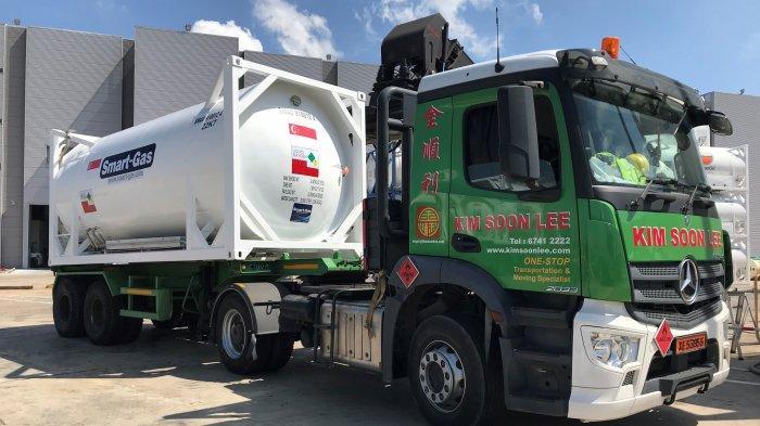 Tangki ISO dimuat ke truk kontainer.