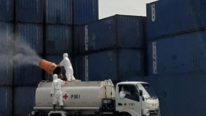 Pelabuhan Tanjung Priok kembali disterilisasi untuk mencegah penyebaran wabah Corona (Covid-19). Penyemprotan dengan disinfektan itu diprioritaskan di area dermaga.