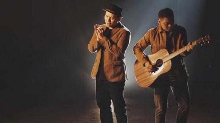 Download Lagu Tanpa Batas Waktu - Ade Govinda Ft Fadly Padi, Lengkap dengan Lirik dan Video Klipnya