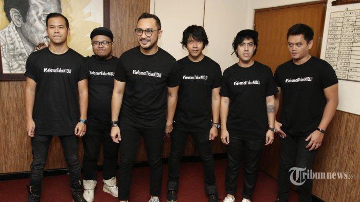 Grup musik Nidji saat konferensi pers di kantor Musica Studio's, Jakarta Selatan, Selasa (16/1/2018). Dalam konferensi pers tersebut, Nidji dinyatakan tidur atau non aktif untuk sementara dari aktivitas musik. Namun, para personel lainnya tetap akan aktif bermusik. Masing-masing membentuk grup musik lain yang diberi nama Nidji Electronic Version (NEV) Plus. Grup musik tersebut seluruhnya beranggotakan para personel Nidji kecuali Giring Ganesha, sang vokalis. TRIBUNNEWS/HERUDIN
