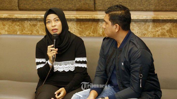 Pasangan musisi Tantri Syalindri atau yang dikenal dengan Tantri Kotak bersama suaminya, Arda Naff saat memberikan keterangan pers terkait kelahiran anaknya di Jakarta, Sabtu (22/2/2020). Bayi kedua Tantri yang dilahirkan dengan operasi caesar dan berjenis kelamin laki-laki itu dinamakan Arkhairan Cadenza Tanarda. TRIBUNNEWS/HERUDIN