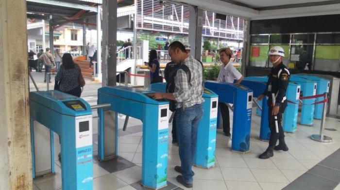 Sejumlah pengguna KRL saat melakukan tapping masuk di gate elektronik Stasiun Depok.
