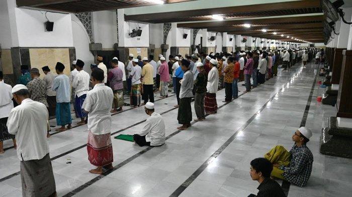 Sejumlah jamaah melaksanakan shalat tarawih di Masjid Agung Sunan Ampel Surabaya, Kamis (23/4/2020).