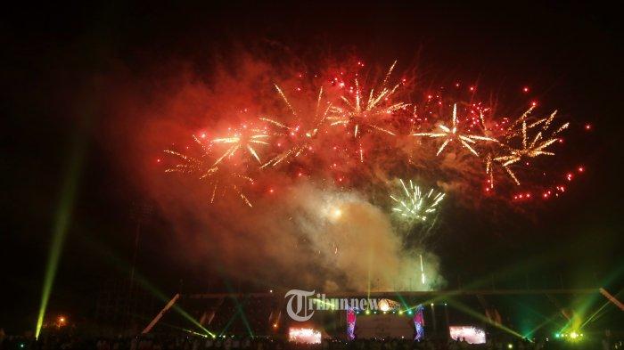 PEMBUKAAN FORNAS V-Pesta kembang api  membuka Pekan Olahraga Rekreasi Masyarakat Nasional ke V di Stadion Sempaja Samarinda Kalimantan Timur, Sabtu (16/11). FORNAS V diikuti 25 provinsi, menampilkan pertandingan 37 cabang olahraga berlansung mulai 15 sampai 18 November, dengan tempat perlombaan di Stadion Sempaja, GOR Segiri, Big Mall, dan Polder Air Hitam.(TRIBUNKALTIM/NEVRIANTO HARDI PRASETYO)