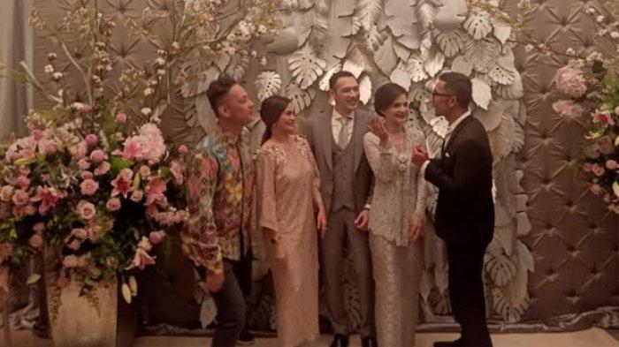 Richard Kevin dan Cut Tari menerima ucapan selamat dari sahabatnya, diantaranya Ersa Mayori danReza Herlambang setelah prosesi ijab qabul yang dilangsungkan di kawasan Benda, Cilandak Timur, Jakarta Selatan, Kamis (12/12/2019) petang. (Warta Kota/Feryanto Hadi)