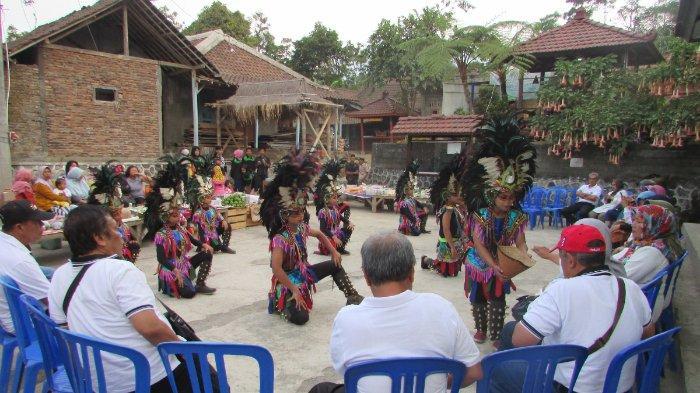 Tarian penyambutan tamu di Dusun Tanon, satu di antaranya adalah Tari Lembu Tanon khas Dusun Tanon