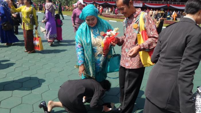 Mengharukan, Taruna Wanita Ini Sujud Syukur dan Cium Kaki Orangtuanya