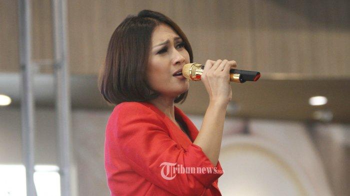 Penyanyi Tata Janeeta saat peluncuran album Story Of a Broken Heart, di Jakarta, Rabu (25/7/2018). Tata Janeeta mengisi dua lagu dalam album kompilasi tersebut yaitu Sang Penggoda dan Korbanmu. TRIBUNNEWS/HERUDIN