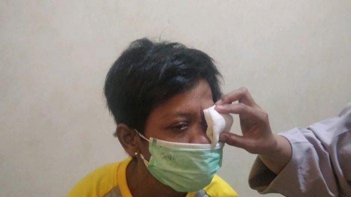 Foto Tati saat menjalani pemeriksaan matanya yang terinfeksi.
