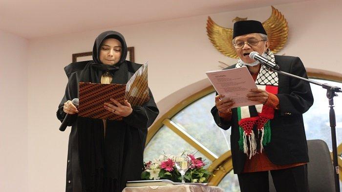 Taufiq Ismail Bersama Konjen RI Istanbul Luncurkan Buku Puisi Dwi Bahasa Toz Ustunde Toz