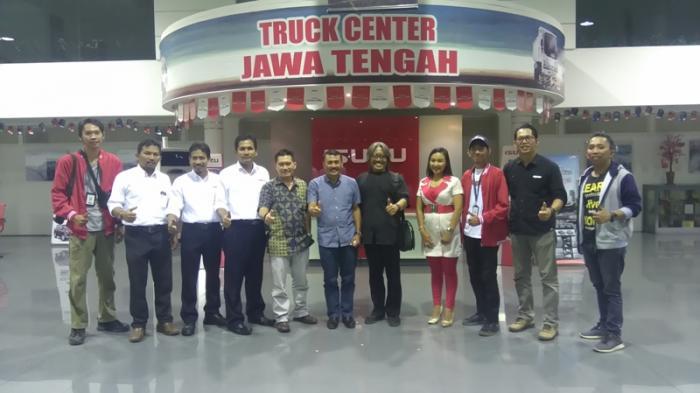 Kunjungi Kantor Isuzu Semarang, Tim Tour De Java Disambut Nasi Ayam