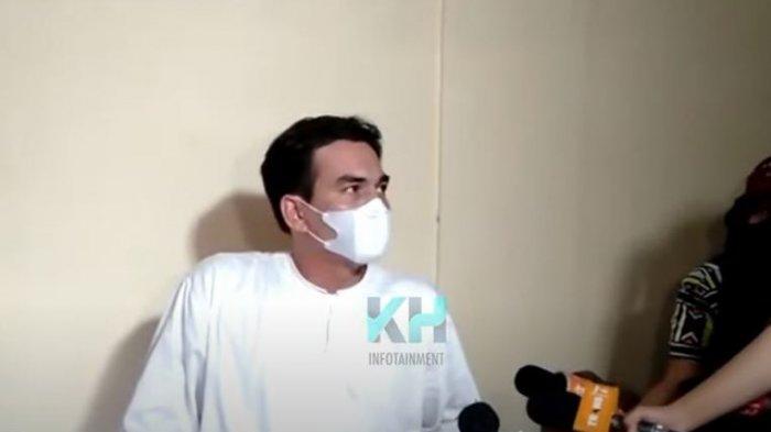 Teddy istri mendiang Rina Gunawan saat ditemui oleh awak media