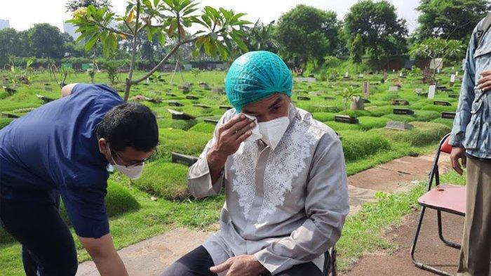 Teddy Syach usai memakamkan istrinya, Rina Gunawan di TPU Tanah Kusir Jakarta Selatan, Rabu (3/3/2021).
