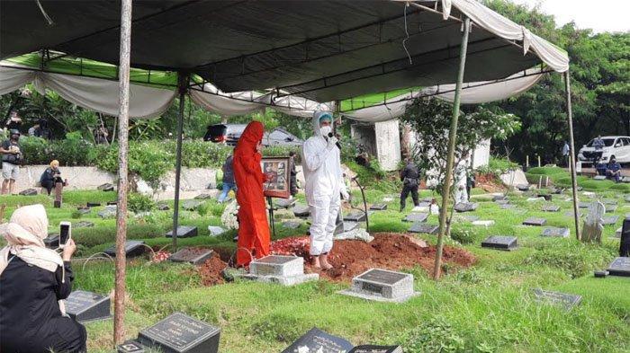Menangis di Makam Rina Gunawan, Teddy Syach : Aku Ikhlas