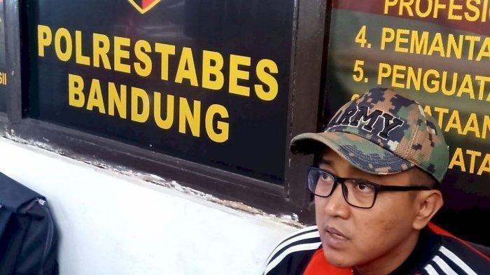 Suami almarhumah Lina Jubaeda, Teddy Pardiyana menyambangi Satreskrim Polrestabes Bandung pada hari ke 14 pascaautopsi Lina, atau Kamis (23/1/2020).