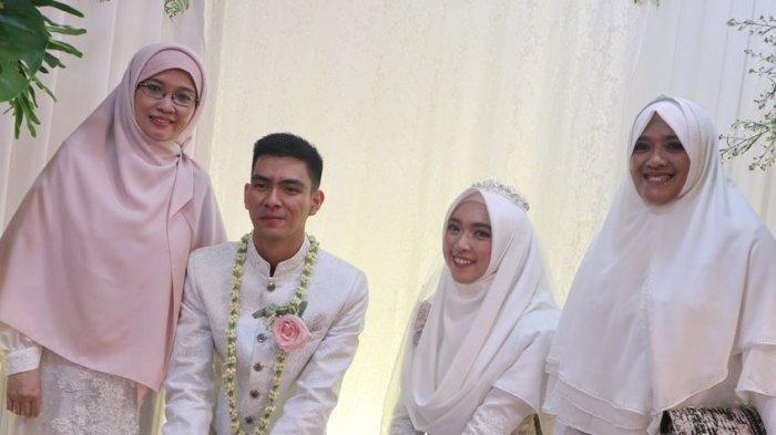 Teh Ninih, istri Aa Gym, saat foto bersama Ghefira dan Al Zindani di hari pernikahan anaknya