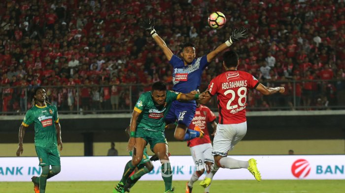 Teja Paku Alam saat menjadi kiper Sriwijaya FC menghadang heading Badurrahman pemain Bali United dalam babak lanjutan liga 1 pekan ke-32 di Stadion I Wayan Dipta, Gianyar, Senin (30/10). Bali United menang tipis atas Sriwijaya FC 3-2.