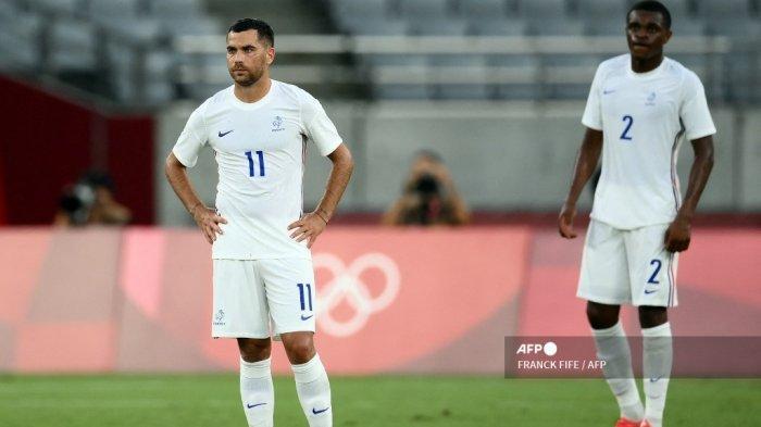 Gelandang Prancis Teji Savanier (kiri) dan bek Prancis Pierre Kalulu bereaksi terhadap gol ketiga Meksiko selama pertandingan sepak bola putaran pertama grup A putra Olimpiade Tokyo 2020 antara Meksiko dan Prancis di Stadion Tokyo di Tokyo pada 22 Juli 2021.