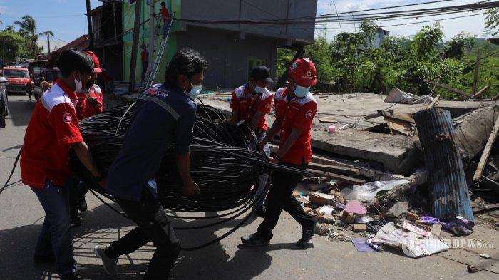 Petugas Telkom IndiHome melakukan perbaikan jaringan usai Gempa di Mamuju, Sulawesi Barat, Minggu (24/1/2021) siang. PT Telkom Indonesia (Persero) Tbk terus mengupayakan agar layanan telekomunikasi TelkomGroup tetap beroperasi normal setelah gempa bumi dengan magnitudo 6,2SR di wilayah Majene dan Mamuju, Sulawesi Barat pada Jumat 15 Januari 2021. (TRIBUN TIMUR/SANOVRA JR)