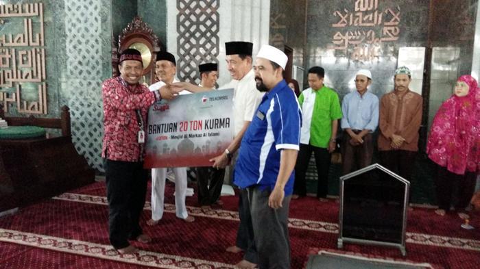 Telkomsel Sumbang Tiga Ton Kurma untuk Masjid Agung Makassar