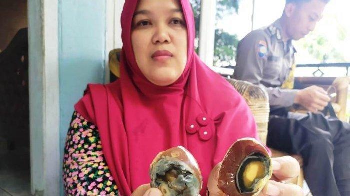 Komaroh (42) warga RT 3 RW 8 Desa Karangklesem, Kecamatan Pekuncen Kabupaten Banyumas penjual telor asin yang mendapati telor asinnya berwarna coklat, pada Jumat (7/2/2020).