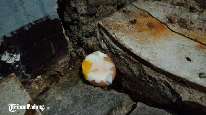 Video Warga Masak Telur di Lantai Rumah yang Keluarkan Hawa Panas di Padang, Langsung Disantap