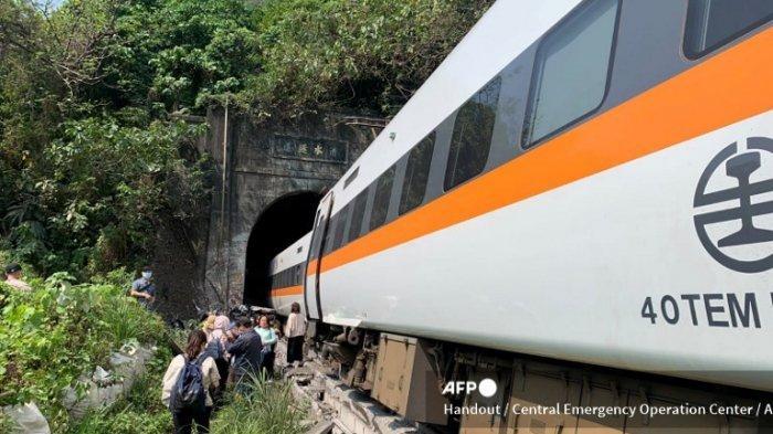 Gambar selebaran ini diambil dan dirilis pada tanggal 2 April 2021 oleh Pusat Operasi Darurat Taiwan menunjukkan tempat kereta tergelincir di dalam terowongan di pegunungan Hualien, Taiwan timur.