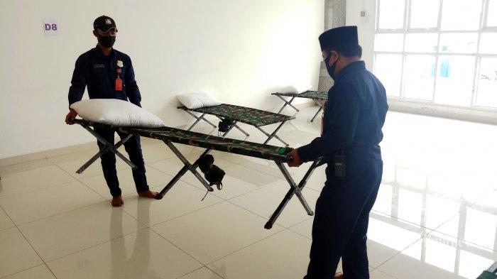 Petugas mempersiapkan sarana dan prasarana yang akan digunakan para pasien Covid-19 di tempat penampungan sementara di aula Masjid Raya KH Hasyim Asy'ari, Jakarta, Rabu (23/6/2021). Aula Masjid Raya KH Hasyim Asy'ari kembali difungsikan sebagai tempat penampungan dan perawatan pasien Covid-19 kategori orang tanpa gejala (OTG) sebagai langkah antisipasi lonjakan pasien Covid-19 yang sudah tak tertampung di rumah sakit. Warta Kota/Nur Ichsan