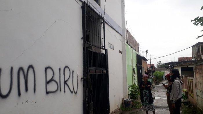 Warga menunjukkan tempat penyekapan mahasiswi di indekos di dekat kampus Unsika, Karawang.