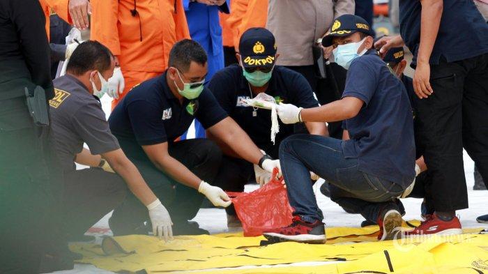 Tim Disaster Victim Identification (DVI) indetifikasi korban hasil pencarian TIM SAR di JICT, Tanjungpriuk, Jakarta Utara, Senin (11/1/2021).Total, Sejumlah korban meninggal dan 53 properti berupa pakaian korban, serpihan maupun pelampung milik pesawat SJ-182 berhasil ditemukan. (WARTAKOTA/Henry Lopulalan)