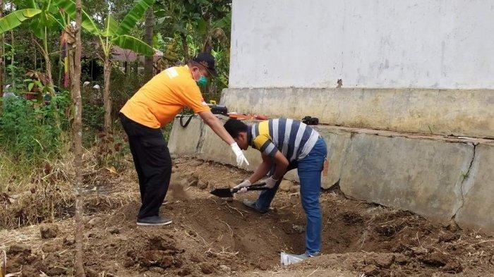 Tim Inafis Polres Banyumas melakukan olah TKP terkait penemuan 4 tengkorak dan kerangka manusia di belakang rumah warga Desa Pasinggangan Kecamatan Banyumas, Kabupaten Banyumas, pada Minggu (25/8/2019)
