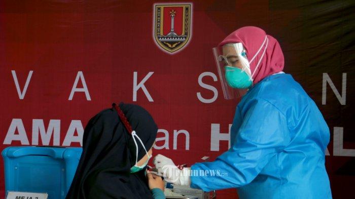 Petugas Puskesmas Pandanaran Kota Semarang sedang menyuntik dosis pertama vaksin Covid-19 produksi Sinovac kepada sejumlah tenaga medis Kota Semarang di Gedung D.K.K lantai 10, Jumat (15/01/21). Penyuntikan vaksin Covid-19 tersebut menandai dimulainya program vaksinasi di Indonesia. (Tribun Jateng/Hermawan Handaka)