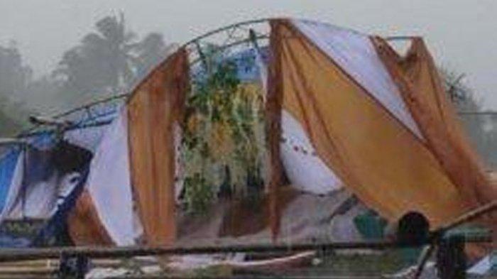 Kondisi tenda acara pernikahan yang ambruk diterpa angin kencang dan hujan deras di Desa Uloe, Kecamatan Tellu Siattinge, Kabupaten Bone, Sulawesi Selatan (Sulsel), Minggu (7/3/2021).