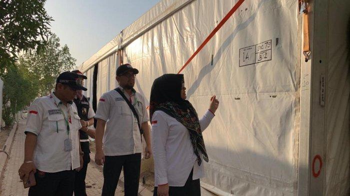Direktur Pelayanan Haji Luar Negeri Kementerian Agama, Sri Ilham Lubis, melakukan pengecekan instalasi tenda di Padang Arafa, Minggu (5/8/2019). Persiapan tenda buah jemaah haji terus dikebut jelang puncak haji.