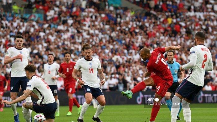 Pemain depan Denmark Martin Braithwaite (kanan) mencoba melepaskan tembakan selama pertandingan sepak bola semifinal UEFA EURO 2020 antara Inggris dan Denmark di Stadion Wembley di London pada 7 Juli 2021.