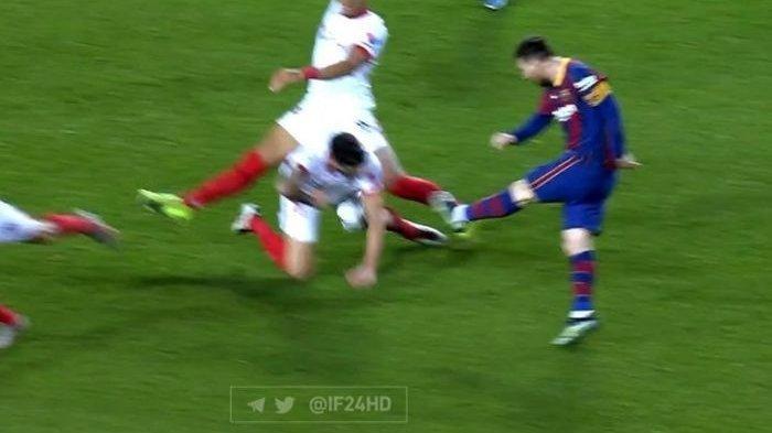 VIDEO Insiden Lionel Messi Gebok Perut Pemain Sevilla, Wasit Cuek, Tak Ada Penalti