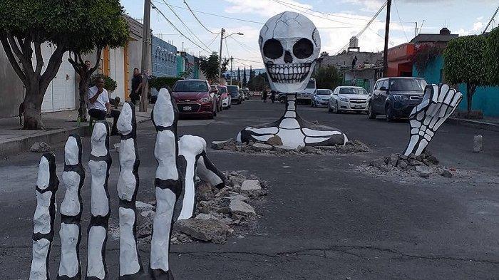 Tengkorak raksasa yang 'muncul' di jalanan Meksiko.