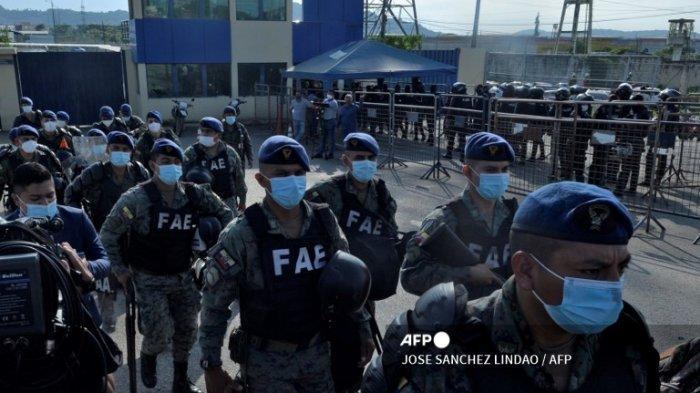 Tentara berjaga di luar penjara di Guayaquil, Ekuador, pada 25 Februari 2021, selama kerusuhan.