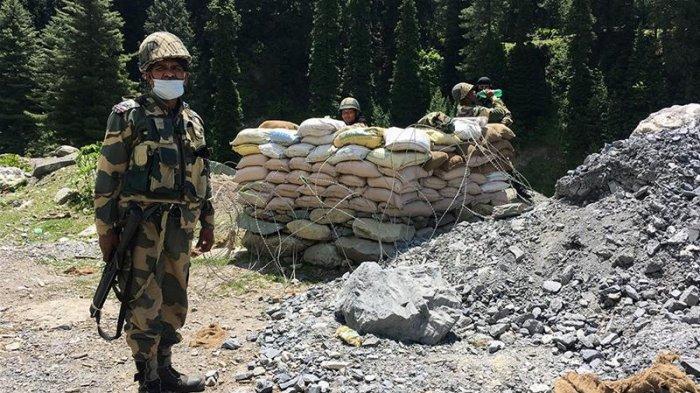 Tentara India siaga di perbatasan dengan China.